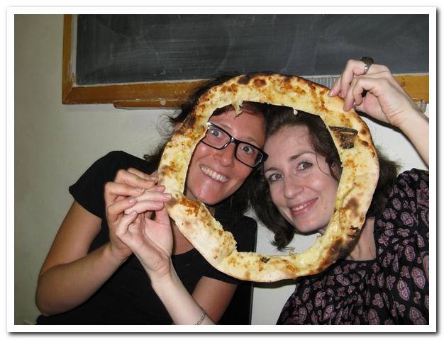 Так итальянки едят пиццу. На рабочем месте