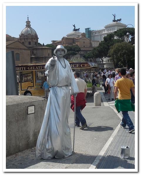 Некоторые приезжие работают в Италии так...